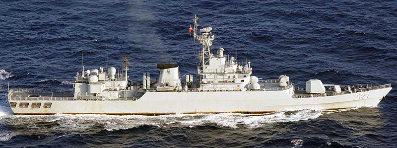 Китайский эсминец «Луян» оттеснил американский военный корабль.