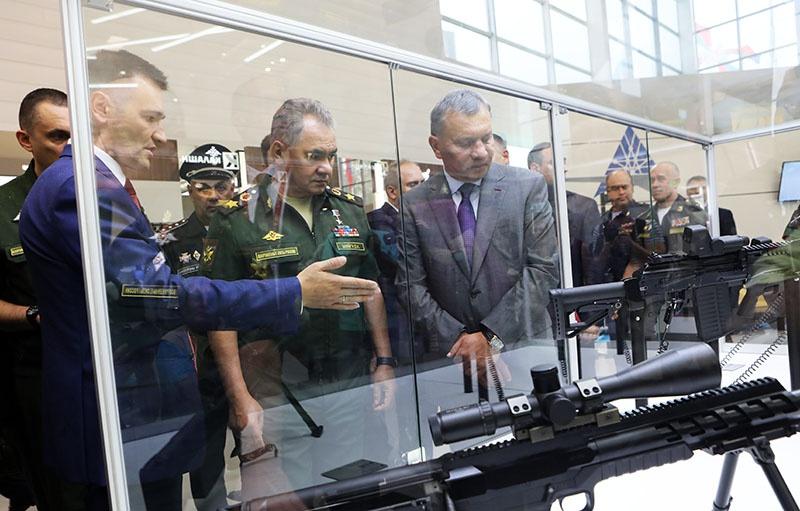 Министр обороны России генерал армии Сергей Шойгу осматривает образцы продукции ижевских оружейников на форуме «Армия-2018».