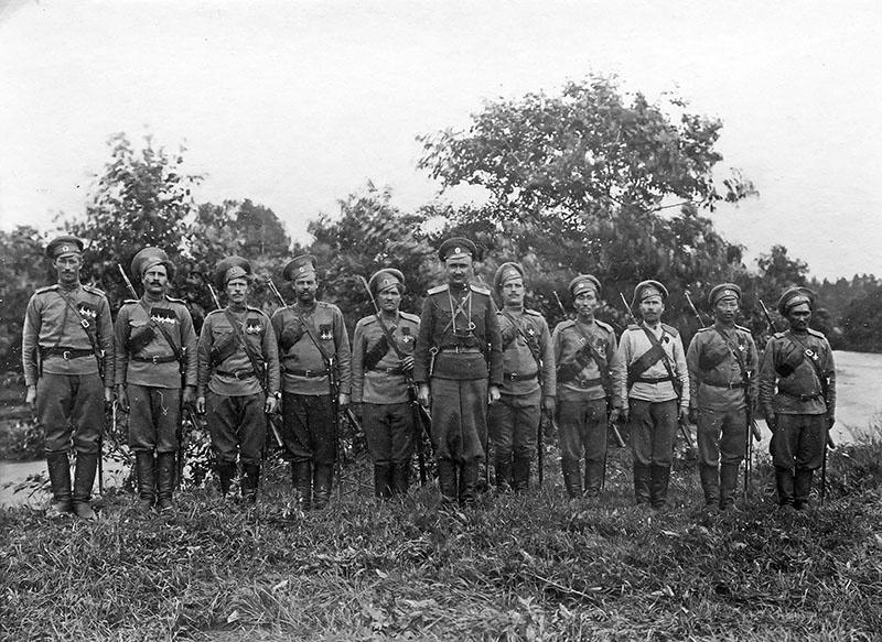 Солдаты - Георгиевские кавалеры из ударного батальона.
