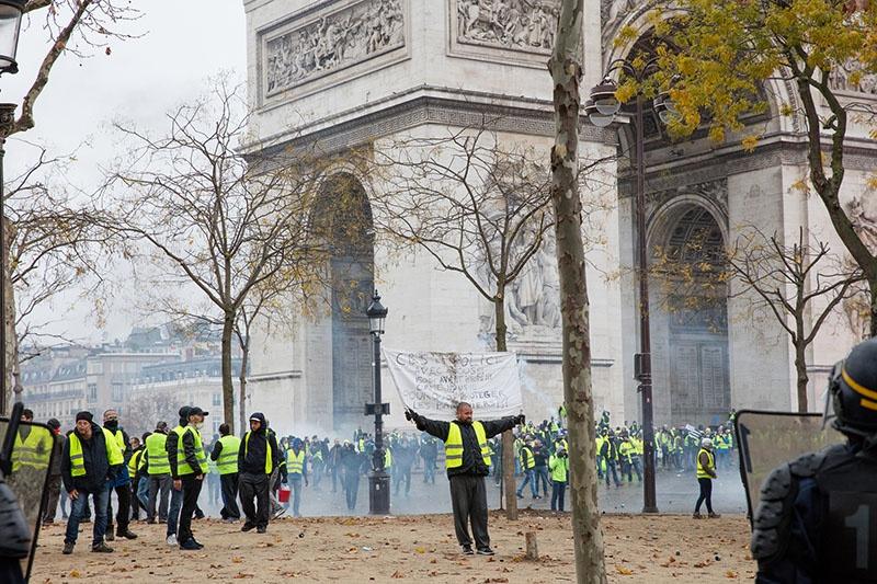 По субботам протестующие выходят на парижские улицы.