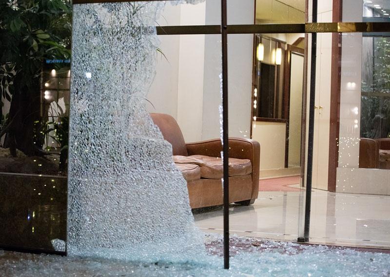 Разбитые витрины парижских магазинов.
