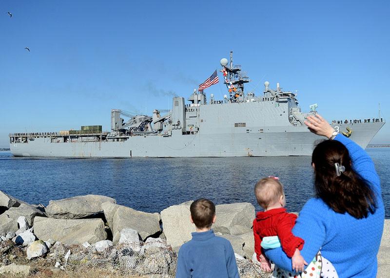 Американский десантный корабль-док «Форт-Макгенри» в Черном море.