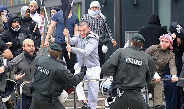 Недовольные мигранты нападают на полицию в Берлине.