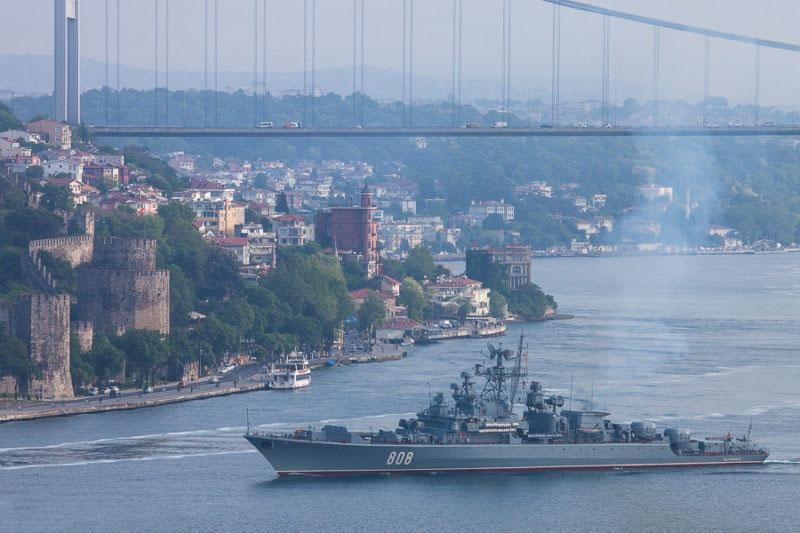 Проход корабля ВМФ России через Босфор.