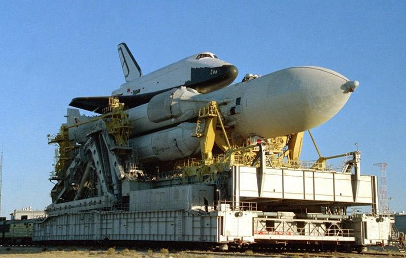 Космический челнок «Буран» на подъездных путях к стартовой площадке на космодроме Байконур.