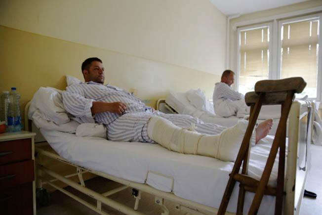 Раненые сербы-демонстранты в больнице города Косовска-Митровица.