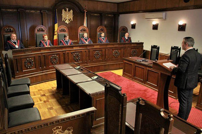 Задача Конституционного суда - отвечать на адресованные ему запросы относительно трактовки Конституции, а не вмешательство в политический процесс.