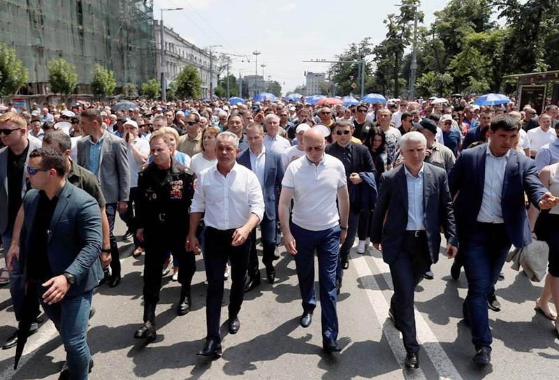 Главари путчистов, провоцируя население против президента, парламента и коалиционного правительства уже знали позицию России, США и ЕС.