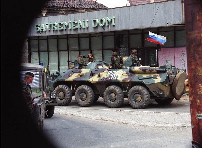 Российские десантники на улицах Приштины.