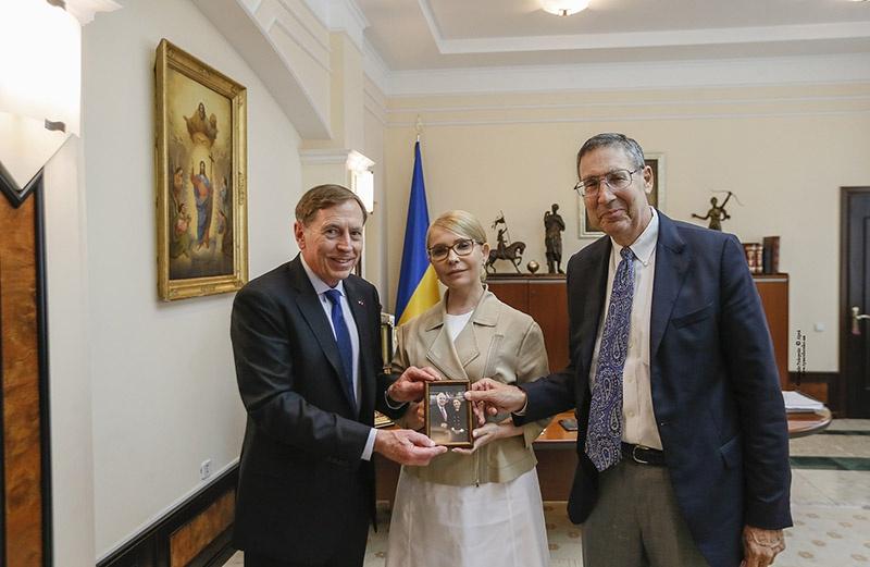 Юлия Владимировна Тимошенко, как и всякая дама определённого «света», тоже претендует на премьерство. Главное - в партнёрах.
