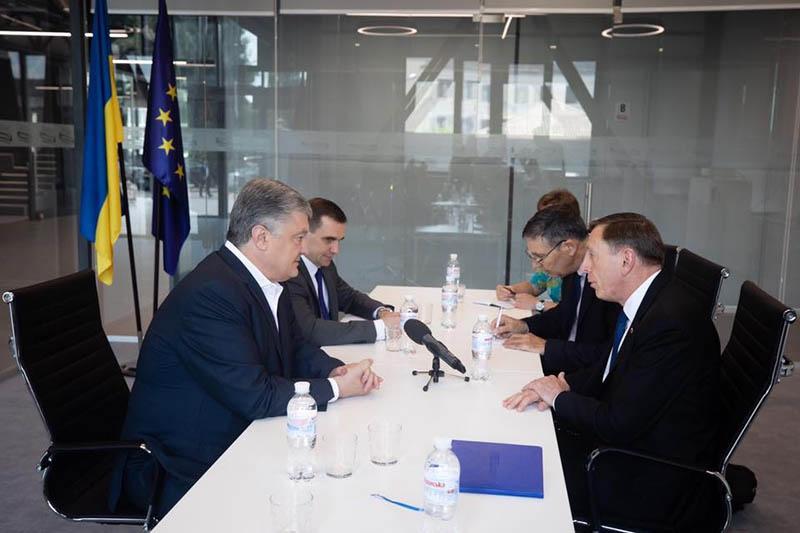 Пётр Порошенко, уже не президент, встречается с Дэвидом Петреусом,бывшим директором ЦРУ. Знает «слуга народа», чей сыр съела.
