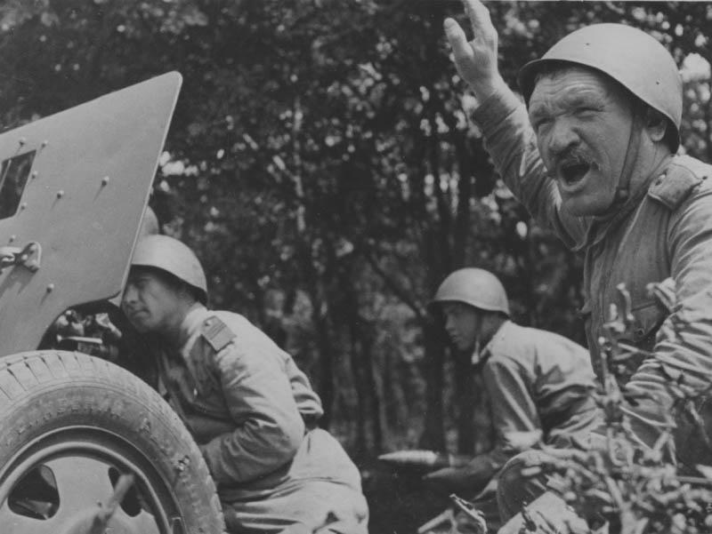 Артиллеристы на огневой позиции в годы войны.