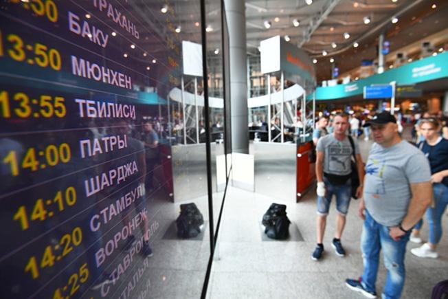 Информационное табло с расписанием авиарейсов в аэропорту Домодедово. 21 июня 2019 года президент Владимир Путин подписал указ, запрещающий авиакомпаниям с 8 июля осуществлять перевозки из России в Грузию.