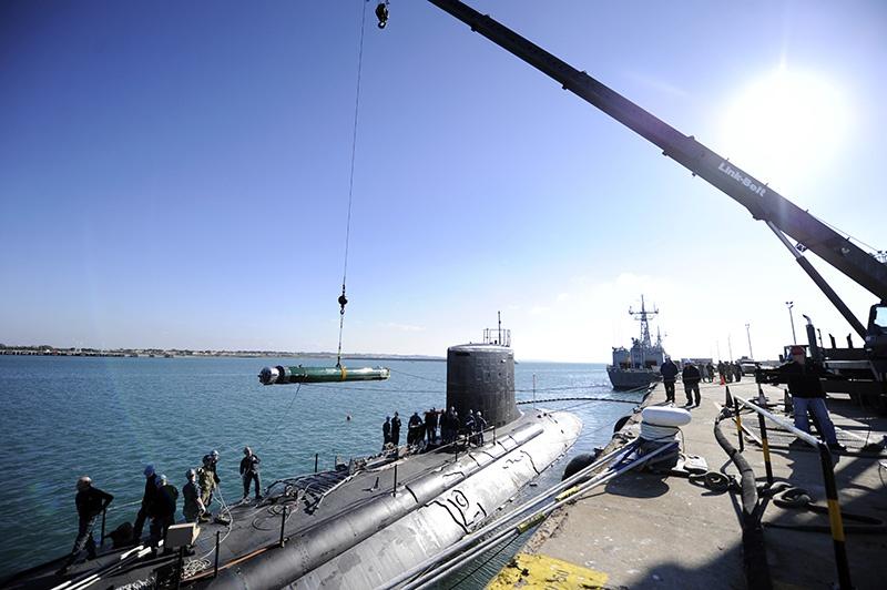 Погрузка торпед на USS California для очередных стрельб.