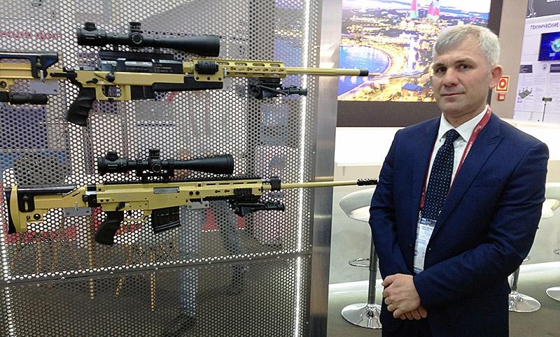 Советник министра оборонной промышленности Азербайджанской Республики Азад Мамедов и снайперская винтовка «Хищник».