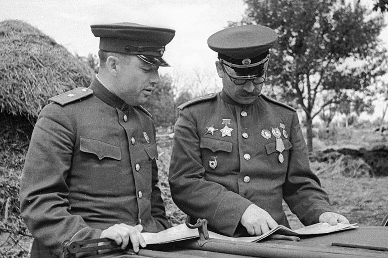 Командующий 5-й гвардейской танковой армией генерал Павел Алексеевич Ротмистров (справа) и начальник штаба армии генерал-майор Владимир Николаевич Баскаков работают с картой на Курской дуге.