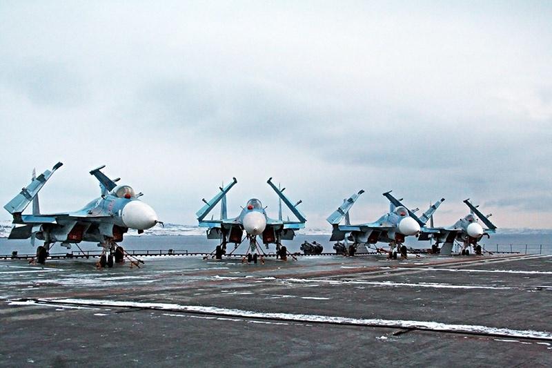 Самолеты палубной авиации Су-33.