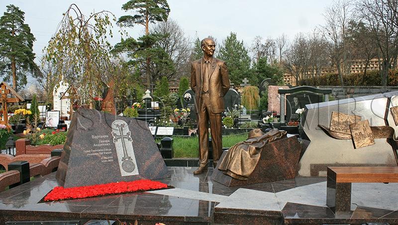 Памятник Геворку Вартаняну на Троекуровском кладбище.
