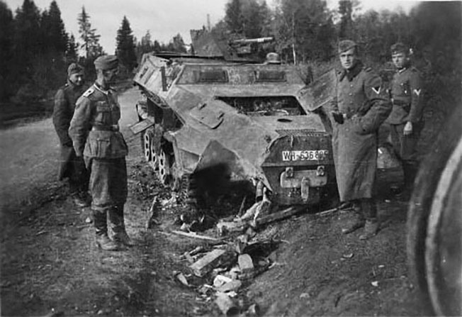 Немецкий бронетранспортер, который подбили танкисты Колобанова.