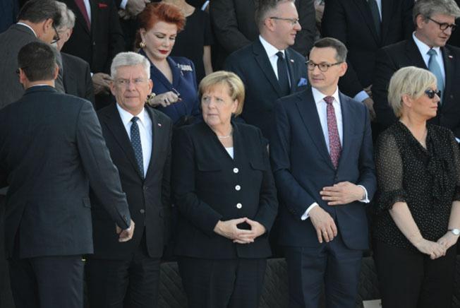 Спикер Сената Польши Станислав Карчевский, федеральный канцлер Германии Ангела Меркель и премьер-министр Польши Матеуш Моравецкий (слева направо) на торжественной церемонии по случаю 80-й годовщины начала Второй мировой войны в Варшаве.