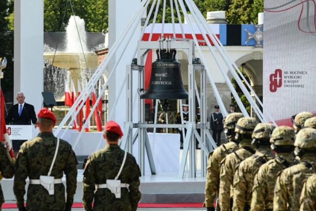 Вице-президент США Майкл Пенс (слева) выступает на торжественной церемонии по случаю 80-й годовщины начала Второй мировой войны в Варшаве.
