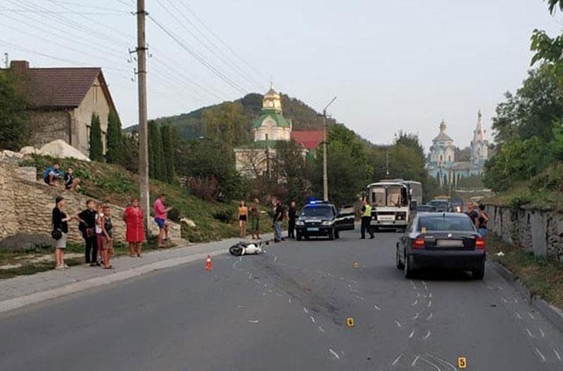 На фотографиях с места гибели Жданкина видно иномарку, водитель которой буквально протаранил певца.