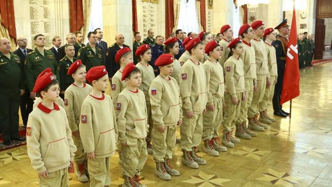 Значительно увеличилось количество выпускников довузовских образовательных организаций Минобороны России (на 12,1% больше, чем в 2018 году) и гражданской молодежи движения «Юнармия».