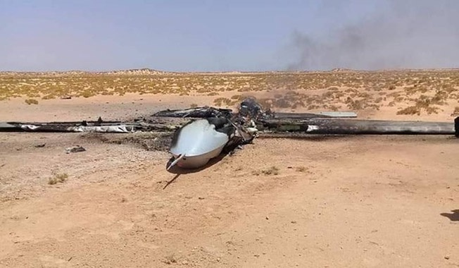 Сбитый беспилотник Wing Loong II в песках Ливии.