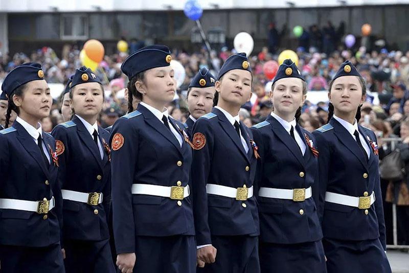 Девочки-кадеты.