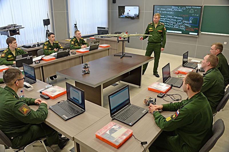 Курсанты изучают современные беспилотные аппараты.