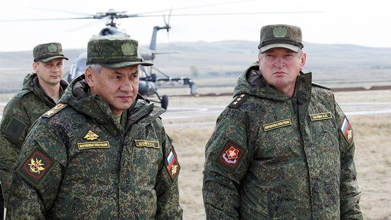 Министр обороны лично наблюдал за ходом некоторых эпизодов учений.