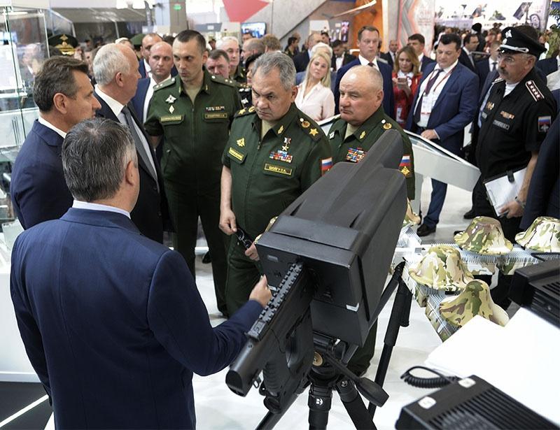 Министр обороны Сергей Шойгу осматривает комплекс «Пищаль-Про» на международном военно-техническом форуме «АРМИЯ-2019».