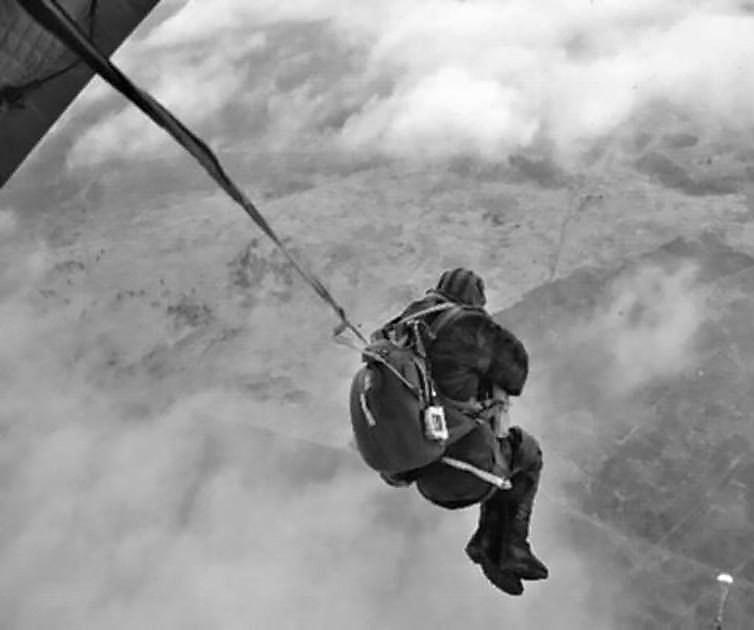 Первыми агентами, засланными на территорию СССР, стали Виктор Воронец и Александр Ященко, их выбросили на парашютах с американского военно-транспортного самолёта, взлетевшего с секретной базы в Салониках.
