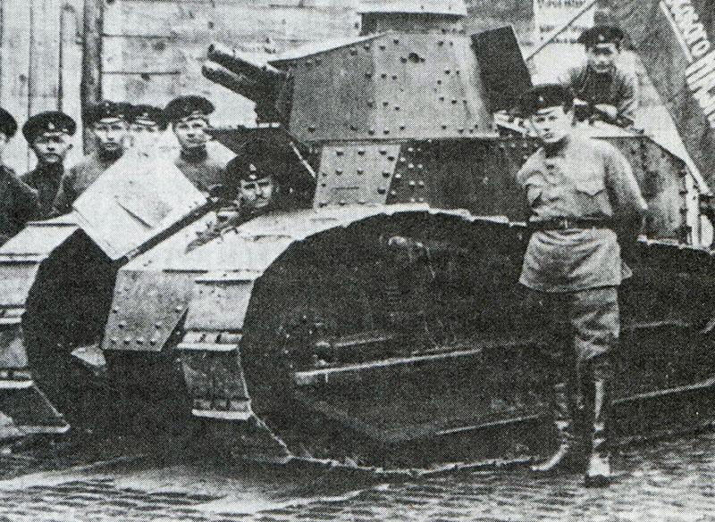 В 1918 году лихие красноармейцы захватили танк «Рено» французского производства. Но без червонцев промышленность разучилась работать.