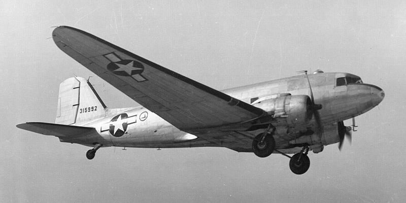Военно-транспортный самолёт «Дакота» американских ВВС.