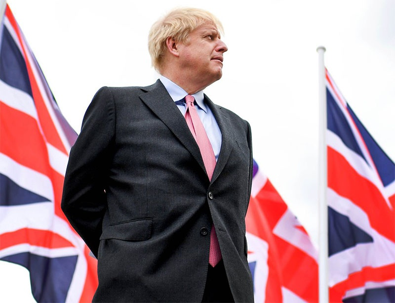 Борис Джонсон фигура очень смешная и явно случайная.