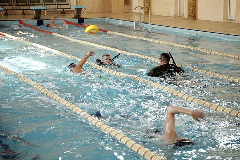 Военно-спортивная подготовка курсантов в бассейне университета.