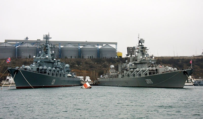 Ракетный крейсер Северного флота РФ «Маршал Устинов» присоединился к Черноморскому флоту России для участия во флотских учениях.