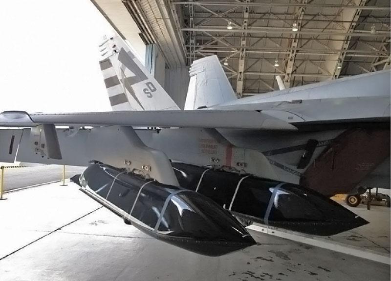 Такие крупногабаритные боеприпасы, как LRASM, явно не предназначены для размещения во внутренних отсеках самолёта.