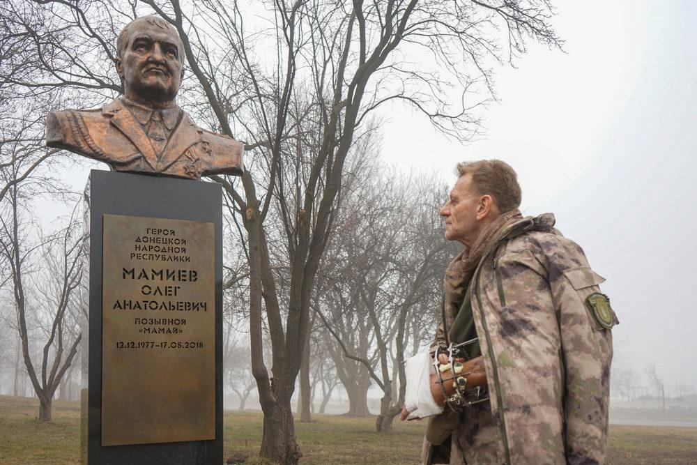 Кастель у памятника Олегу Мамиеву, погибшему в мае 2018 года на передовой.