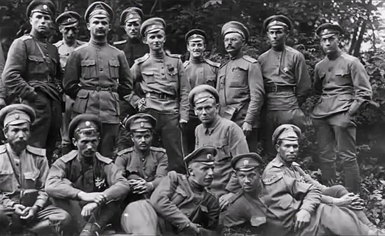 На октябрь 1917 года в нашей стране насчитывалось порядка 320 тысяч офицеров.