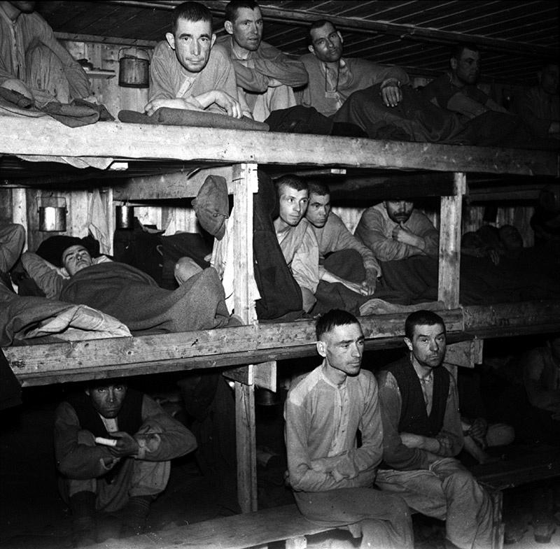 Советские военнопленные в бараке.