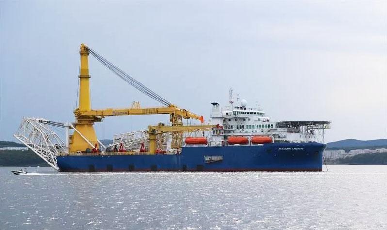 Трубоукладчик «Газпрома» идёт с Тихого океана на Балтику.