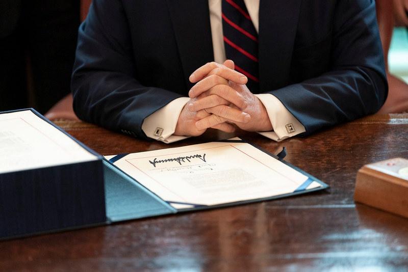 Дональд Трамп подписал Defense Production Act, закон, мобилизующий промышленность США по законам военного времени.