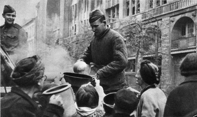 Россия, в лице своих солдат, простила немцев ещё в мае 1945 года и стала кормить их из полевых кухонь.
