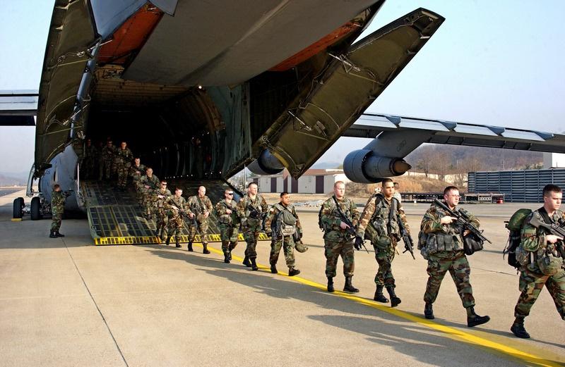 Солдаты армии США выходят из самолёта С-5 ВВС США на авиабазе Тэгу, Южная Корея.