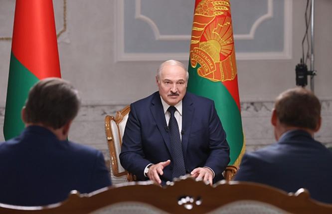 Президент Белоруссии Александр Лукашенко во время интервью российским журналистам во Дворце независимости в Минске сказал, что не бросит своё хозяйство на произвол судьбы.