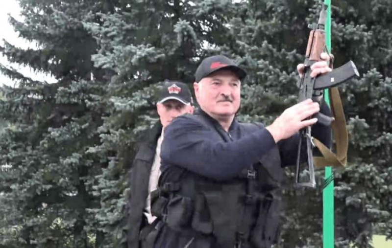 Лукашенко с автоматом, видимо, хотел быть похожим на Альенде, но в целом вызывал понимание.
